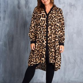 Lækker Leo printet viskose skjorte / tunika / kjole  Den har lommer foran .  Er som ny , kun brugt en gang
