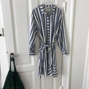 Smuk, stribet kjole fra Munthe. Stadig med tag. Oprindelig pris i butikkerne er 1299 kr. Sælger den for 350, men tager også imod bud 💘 Det er en 40, men den passer alt mellem 36 og 42, fordi der er bindebånd i taljen.