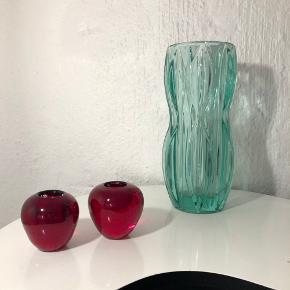 Fine røde lysestager.. og fin grøn vase