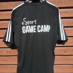 Flot og velholdt t-shirt fra spilleverdnen .