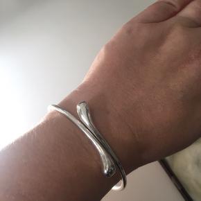 Armring sølv stemplet 925. Indvendig diameter 6,8 cm.   Handler via mobilepay og sender gerne med GLS mod betaling.