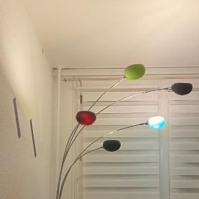 Danslight er en serie af klassiske lamper, som skaber et flot og ensrettet lys. Brug lampen i stuen og eller i soveværelset og skab den rette belysning. Gulvlampen hviler på en tung sort marmorfod. Flot 5 armer gulvlampe med farve glas skærme, transparent ledning tænd/ sluk stik på ledning. Glas skærme farve: Sort, turkis og grøn, 2 ekstra glas skærme følge med. Købepris: 1699 kr kom med en realistisk bud.  Jeg sender ikke den lampe, desværre.   • Mål: H178 x Ø78 cm • Farve: Sølv • Materiale: Metal • Fatningstype: E14 max 40W (5 stk.) • Ekskl. Lyskilde • Energiklasse A++-D