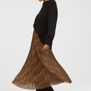 H&M TREND Plisseret nederdel 449,00 kr.  Brun/Slangeskindsmønstret  Plisseret midi-nederdel i let, vævet kvalitet med trykt mønster. Nederdelen har skjult lynlås samt hægter og maller i siden. Laserskåret kant forneden. Uden for. str. 42 Talje ca. 82 CM Længde ca 88 cm Normalhøj talje Sammensætning Polyester 100% Varenr. 0699203001  Varen har været prøvet på, men aldrig brugt.  TJEK MINE ANDRE ANNONCER, HARF MANGE FINE TING.