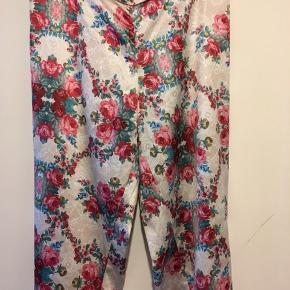 Superlette bukser fra Hunkemöller med det fineste blomsterprint. Kan bruges som natbukser eller ude. Elastik bagpå, løse ben. Bytter ikke.