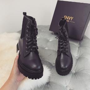 Mærke: Envy shoes Style: Tyler black chunky biker boots  En smule stor i størrelsen. Har dem i str. 39 og 37.