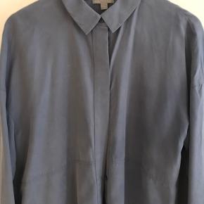 Oversize smukt blå skjorte, brugt få gange og derfor i rigtig fin stand. Skal afhentes på Østerbro.