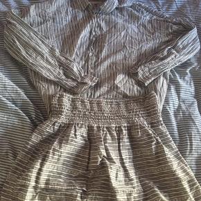 Sæt fra Moss med skjorte(str m) og nederdel(str l) Går og hvid mønster  Sælges samlet