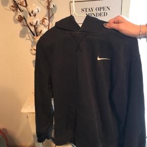 Sælger denne Nike hættetrøje. Str Xl i børnestørrelse dreng (13-15 år) svarer til en S. Fejler intet🌻 Den kan sagtens bruges af piger og kvinder også!