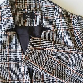 Flot og lækker frakke. Er blevet brugt og har fnuller, men grundet mønsteret ses de ikke. Materiale er 90% polyester og 10% uld.