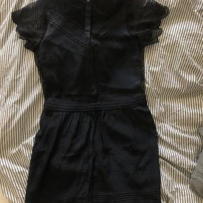 Smukkeste, smukkeste, smukkeste kjole med de dejligste detaljer.  Jeg sælger udelukkende denne, fordi jeg ikke kan passe den mere!