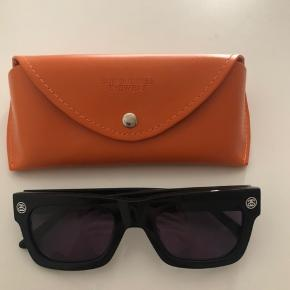 Sunbuddies x Stussy solbriller, en smule store til mig; kan måske godt trænge til at blive reguleret.   Aldrig brugt. Afhentes i København NV. Køber betaler porto.