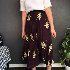 Flot midi nederdel fra H&M. Ingen synlige tegn på slid