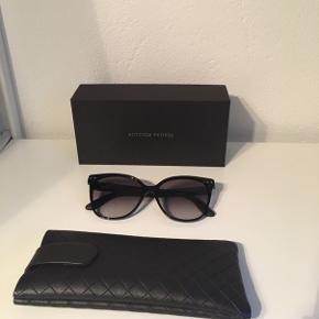 Jeg sælger et par fantastiske solbriller fra Bottega Veneta. Solbrillerne er købt i Zeiss Vision center, i Broen Shopping i sommeren 2018, nyprisen er 3040kr.  Solbrillerne sælges da jeg ikke får brugt dem nok, maks 5 gange og de er i perfekt stand.   Inkluderet med solbrillerne er et solbrilleetui, en pudseklud og den originale kasse m.m