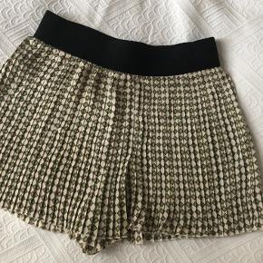 Fine shorts i let plisseret materiale - ligner lidt en nederdel. De er ikke gennemsigtige Passes af en str s-m