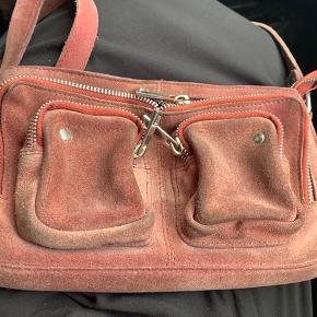 Tasken virker 100% Er dog blevet misfarvet bagpå tasken. Men ikke noget man ser. Prisen er fast.