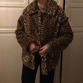 Sælger min elskede faux leopard jakke da jeg tager til Asien om lidt. Den er så lækker og perfekt her i kulden 🐆 Den er 2 år gammel men i god stand