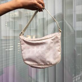 Mega fed chanel vintage taske  Der er serie kode i som jeg kan sende billede af hvis det ønskes.  Fejler ikke noget og er i god stand :)