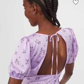 Fineste kjole fra H&M. Brugt én gang, og fejler derfor intet og er som ny.   Str. 42 - men er lille i størrelsen - er selv en størrelse 38 og den passer fint 🌸