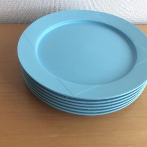 Pæne anvendelige tallerkner til f.eks. båd eller camping. De kan sættes sammen, så de ikke fylder så meget.  Ø  25 cm
