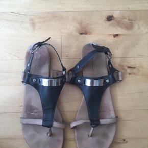 Flotte sandaler fra Bianco i str. 40. Har været brugt, hvilket kan ses i sålen og i læderet, men fremstår ellers i rigtig god stand!