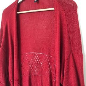 Flot, strikket cardigan med mønster-detalje. Den går til midt på låret og er åben (uden knapper). Fejler ingenting.