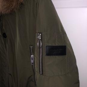 Mega lækker vinterjakke, med flot pels på hætten. Får den ikke brugt nok.   Ny pris ca 3000kr   Nu, byd 🤗