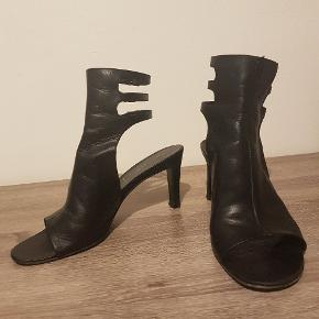 Sælger mine Helmut Lang læder-heels. De er omkring 5 cm. hælhøjde, så de fleste kan gå i dem.  De er slidt, så køber bør gå forbi en skomager og få styrket sål og hæl på dem.  Pris derefter. Kom med et bud. Jeg sender gerne, men køber står for alle omkostninger ved forsendelse.