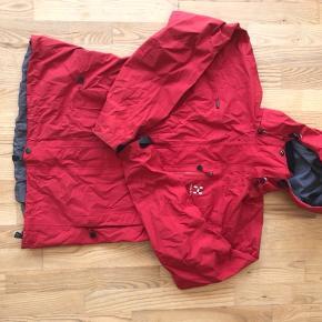 Fin rød regnjakke i god kvalitet.