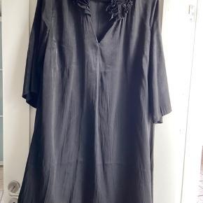 Smuk kjole eller som tunika Brugt 3-4 gange   Køber betaler Porto og TS gebyr