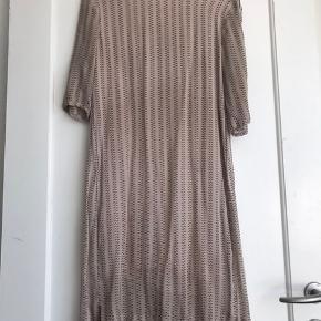 Kjole i 100% silke. Passer en str. 34 og 36. Har brugsspor men ikke noget slemt.