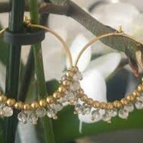 Sælger disse smukke øreringe fra Julie Sandlau. Har dem også med sorte sten.