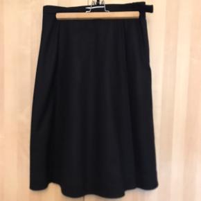 Virkelig elegant nederdel i uld og polyesterunderkjole med en slags lommer foran. Den fejler ikke noget, selvom den er blevet brugt nogle gange.