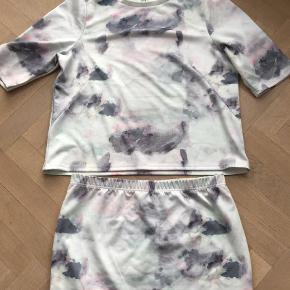 Varetype: Midi Farve: Multi  Sæt med bluse og nederdel. Begge dele str 46/XXL.  Sælges samlet til kr 150+