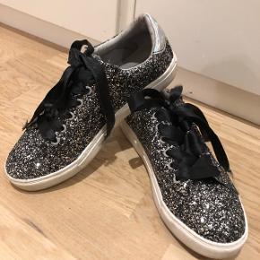 Fine glitter/glimmer sneakers fra sofie schnoor - brugt få gange. Det originale snørebånd er skiftet ud med sort satinbånd