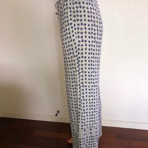 Smarte mønstrede bukser med vidde i benene og bindebånd i livet. Kun brugt få gange - fremstår derfor som ny. Bytter ikke. Se også mine øvrige annoncer. (AS)