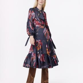 """Kom med et bud! Jeg vil gerne have kjolen solgt!  Så smuk og elegant Munthe kjole! Model """"Hooligan""""🤩 Kjolen er så fed, da den både fungerer med en fed buks under og et pr sneakers, eller med bare ben eller strømpebukser og måske en elegant høj sko. Den fungerer som aften og hverdagskjole🌸  Kjolen kan også bruges af en small og en lille medium, efter min mening. Jeg er selv small lille medium😁  Kjole er ALDIG brugt, dig vasket en gang, da jeg ikke bruger nyt tøj før det er vasket!  Grunden til salg er, at den desværre nok er lige et halvt nummer for lille😢  Jeg sælger når det rette bud kommer!  Hvis du har det mindste spørgsmål så er du mere end velkommen til at henvende dig i en privat besked✨ Jeg svarer og sender hurtigt!  BYD BYD BYD!"""