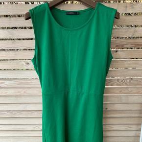 Ærmeløs kjole fra COS i flot grøn farve. Bindebånd bag. Slids i siderne nede. Viskose, polyamid og elastan. Brugt to gange.
