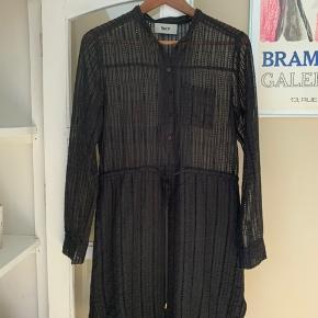 Skøn kjole der er let gennemsigtig på overkroppen har derfor haft en lille top under men kan undlades. I god stand  Sender med DAO