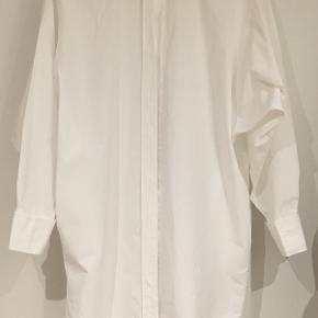 Lækker Kapsel skjortekjole fra Tiger of Sweden. Ca. 1 år gammel men kun brug få gange. Fremsåtr som ny. Skjorten er klassisk hvid med fine machetter. Prisen er fast.