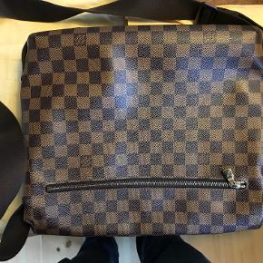 Louis Vuitton Brooklyn Messenger som er brugt alt for lidt. Den har været pakket væk i et lang stykke tid og skal have en ny ejer som ville vise den frem noget mere :)