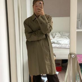 Vintage oversize frakke/trenchcoat fra Burberry Farven er en støvet grå/grøn  Ingen str i, men svarer til en L (jeg er selv en str S)  Perfekt stand bortset fra få brugstegn på kraven, se sidste billede  Skriv gerne for flere billeder eller spørgsmål