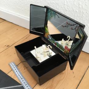 Smykkeskrin med spillerdåse Brugt men stadig i god stand Købt i England