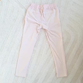 Rosa farvet bukser fra Kaffe i str. 34. Model Jillian Vilja  7/8 pants.  Hentes i Roskilde eller sender med DAO mod betaling af fragt.