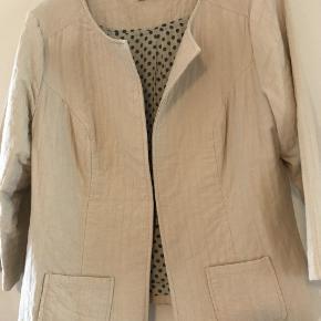 sød kort jakke som lukkes med en lille hægte brystvidde 2 x 52 længde fra skulder 60