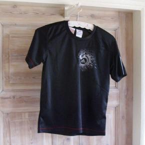 Sort Adidas t-shirt til sport. Materiale: Polyester Mål fra skulder til nederkant ca. 56 cm. Vasket én gang, men aldrig brugt.  Kan også sendes mod betaling af porto, og evt. fragtes til afhentning i København.