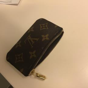 Super fin nøglepung fra LouisVuitton som jeg bare aldrig har fået brugt! Har smidt dustback og kasse ud, så det har jeg desværre ikke.. Nypris 1200,- Sælges til 800,-