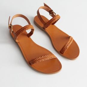 Så fine sommer sandaler, der kun er brugt to gange. I ægte læder. Ny pris: 560