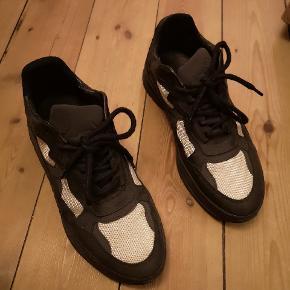 Skoene er brugt 3 gange og fremstår derved som nye (Ingen brugsspor)  Køb nu = 575 kr. (jeg betaler fragt)   Købt for 1075 kr.  Kvittering haves.