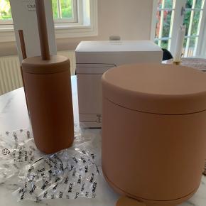"""Zone Ume pedalspand og toiletbørste i farven """"amber"""". Aldrig brugt og sælges i original emballage. Sender gerne.   Købspris 750 kr  (Pedalspand 350 kr, toiletbørste 400 kr)"""