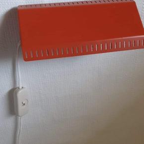 E. S Horn væglamper.  Retro væglamper i metal. Kan lyse op og ned. Vi har  4 orange og 1 grøn. På den ene orange er der en lille smule hvid maling. Ellers fine. Ganske få og små brugsspor i form af ridser. på orange se hvid plet på billede. Det er ikke forsøgt fjernet.   Sender gerne. Kan afhentes i Fredericia  Pris: 125 kr/stk.